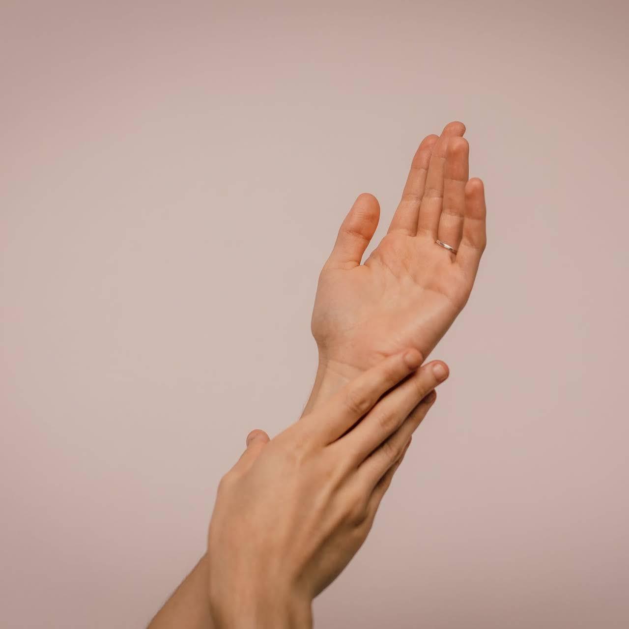 Chica mostrando las manos, en señal de dolor - lesiones de los nervios periféricos by Top Doctors